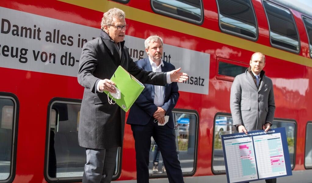 Den slesvig-holstenske trafikminister Bernd Buchholz glæder sig til, at de mange turister rejser ind i delstaten. Turistprojektet i Sli-området har allerede indtjent omkring 20 millioner euro, så det tegner sig godt for Nordfrisland og Sild. Han var i selskab med lederen af DB Regio Nord, Torsten Reh, og Arne Beck, administrerende direktør NAH-SH.    (Tim Riediger)