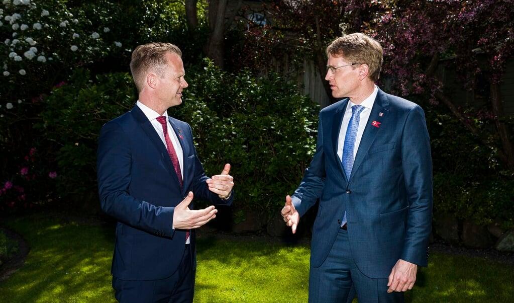 Den danske udenrigsminister Jeppe Kofod og Slesvig-Holstens ministerpræsident Daniel Günther fik genstartet de gode relationer, da de mødtes til sild og snaps på det danske generalkonsulat.    (Lars Salomonsen.)