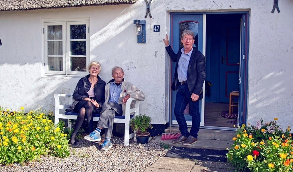 Anne Knudsen og Steen Valgreen-Voigt på besøg hos Jens Rosendal (i midten) i hans hjem i Ballum i Sønderjylland.  (Arkivfoto)