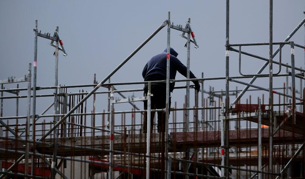 Ansatte i byggebranchen har masser at se til. Der mangler dog faglært arbejdskraft og derfor går fagforeningen IG BAU ind for en højere løn og bedre arbejdsbetingelser.   (Oliver Berg, dpa)