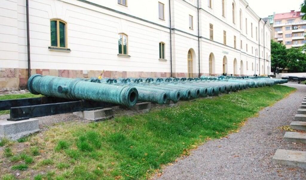 De danske kanoner, som svenskerne hjembragte som krigsbytte efter erobringen af Glückstadt, er i dag udstillet foran det svenske Livrustkammaren i Stockholm.  ( Hugh Llewelyn, Wikimedia Commons)