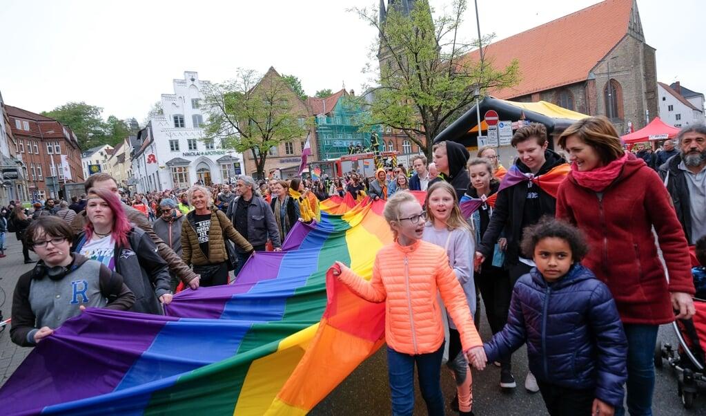 Arkivfoto. Rainbow-Days har været afholdt flere gang i Flensborg. Overborgmester Simone Lange (th. i rødt) deltog i 2019 i Rainbow Walk.  ( Sven Geissler)
