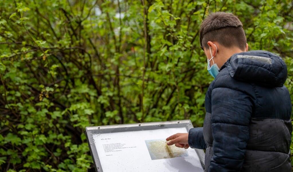 En skoleklasse har i samarbejde med to kunstnere lavet en litteratursti. Børnene har lavet tegninger og fundet på historier med inspiration fra naturen. Begge dele er nu udstillet i parken i Waitzstraße.   ( Kira Kutscher)
