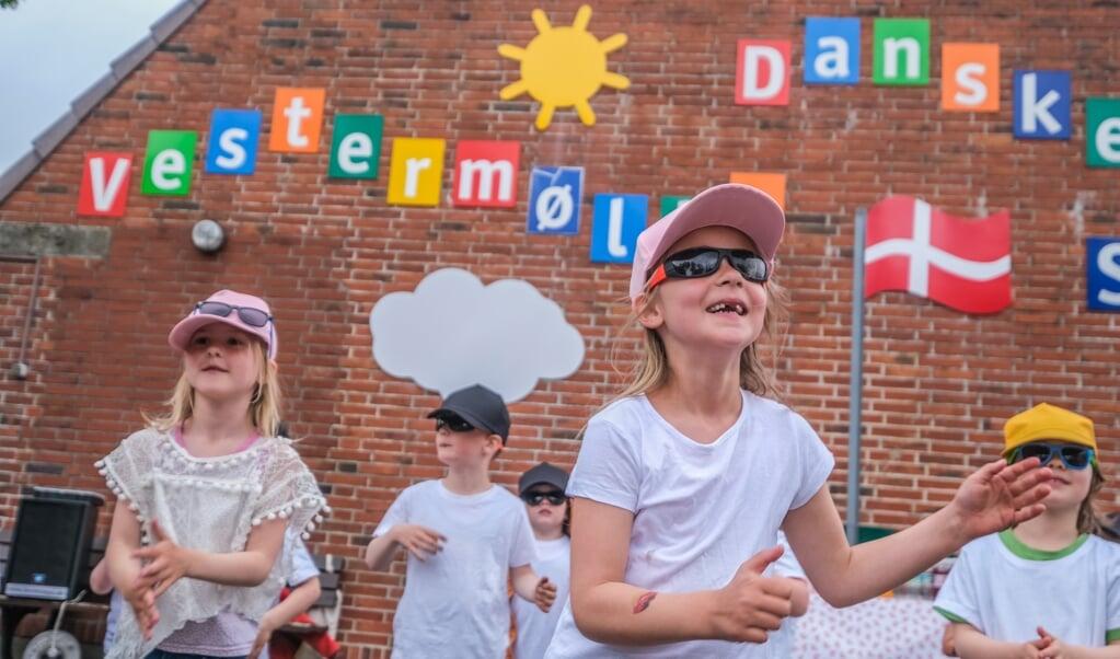Forrest danser 6-årige Johanna fra 1. klasse til »I am too hot«. Børnene frøs i det halvkolde vejr, men med den sang og en masse bevægelse gik det igen.    (Sebastian Iwersen)