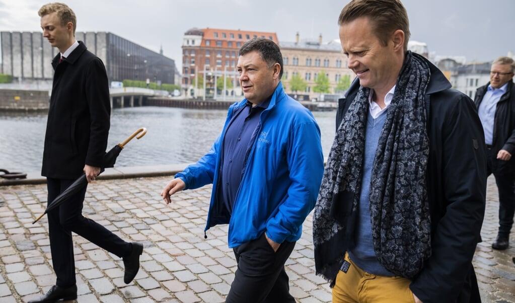Udenrigsminister Jeppe Kofod (S) og Grønlands udenrigsansvarlige, Pele Broberg, går en tur langs kajen i København i forbindelse med et besøg, hvor parterne blandt andet skal drøfte forholdene i Arktis og Nordatlanten.  (Martin Sylvest/Ritzau Scanpix)