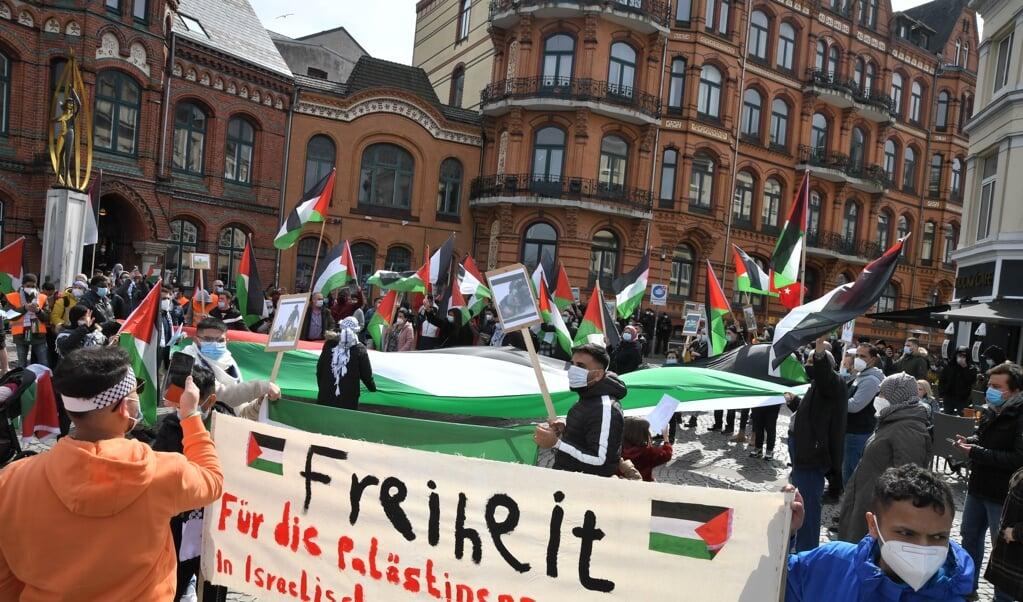 Palæstinensisk Forening i Flensborg arrangerede lørdag demonstration imod de israelske bosættelser i Palæstina og den israelske hærs aktioner i Gaza.   (Tim Riediger)