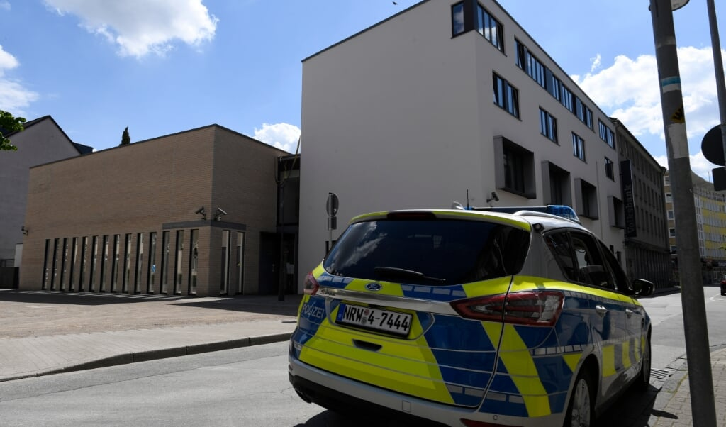 Efter onsdagens antisemitiske demonstration er synagogen i Gelsenkirchen bevogtet.   (Roberto Pfeil/dpa)