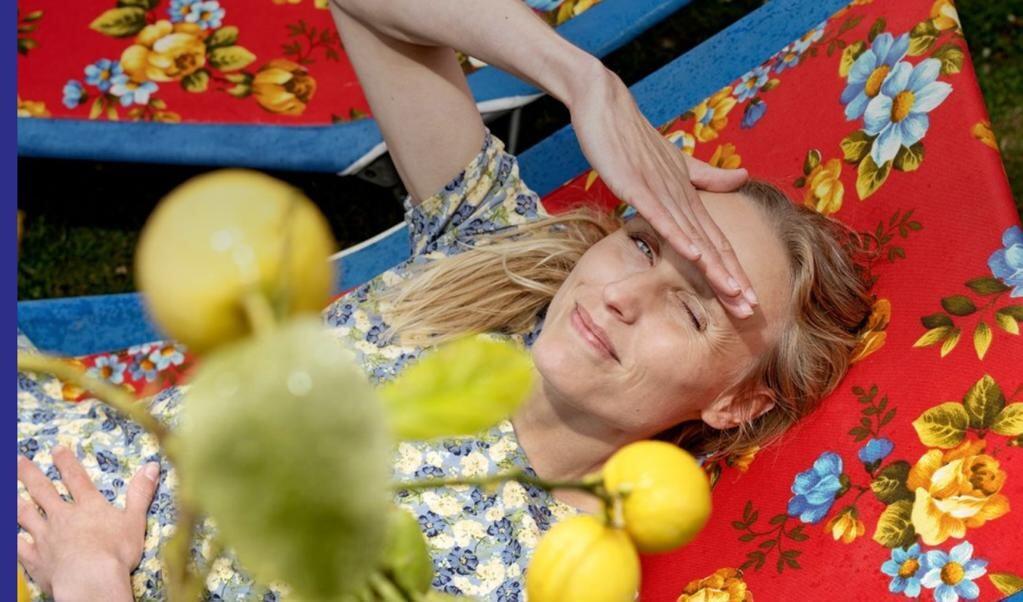 Om podcastserien Drømmesengen: Taler du ofte om dine egne præstationer, eller gemmer du dig helst i kulissen? Elsker du at udforske ukendte steder, eller foretrækker du den vante tur til sommerhuset? Hver uge folder Katrine Hedegaard og en landskendt gæst to blomstrede drømmesenge ud et sted under åben himmel og dykker ned i gæstens personlighed.   ( Radio4)