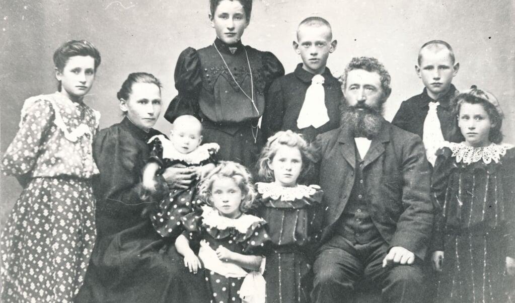 August Friedrich Bruhn fik i alt ni børn med sin anden kone Ane Kristine. Her er familien fotograferet før det sidste barn blev født i 1908.   (Kilde: Thisted Lokalarkiv)