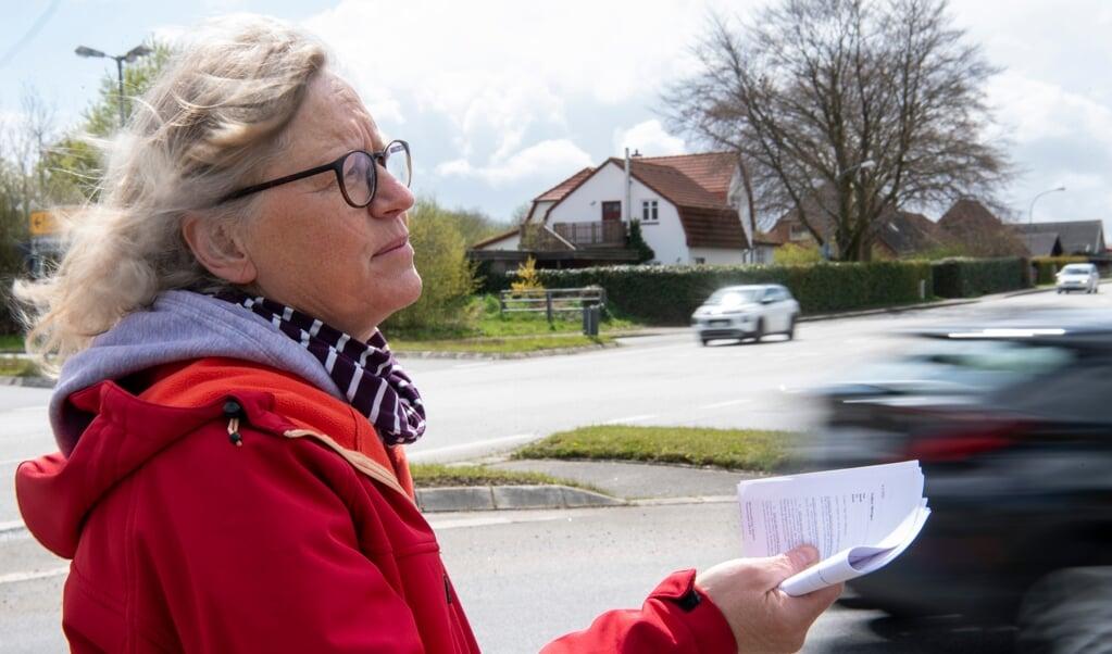 Schon seit dem Jahr 2000 setzt sich Karen Andresen für einen Kreisverkehr an der großen Kreuzung in Brebel ein. Die SSW-Politikerin wohnt nur wenige Schritte vom Verkehrsknotenpunkt entfernt. Fotos:  (Kira Kutscher)