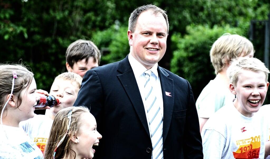 Martin Henriksen er her fotograferet under et dansk årsmøde i Sydslesvig sammen med glade børn.   (Hans Christian Davidsen                                       )