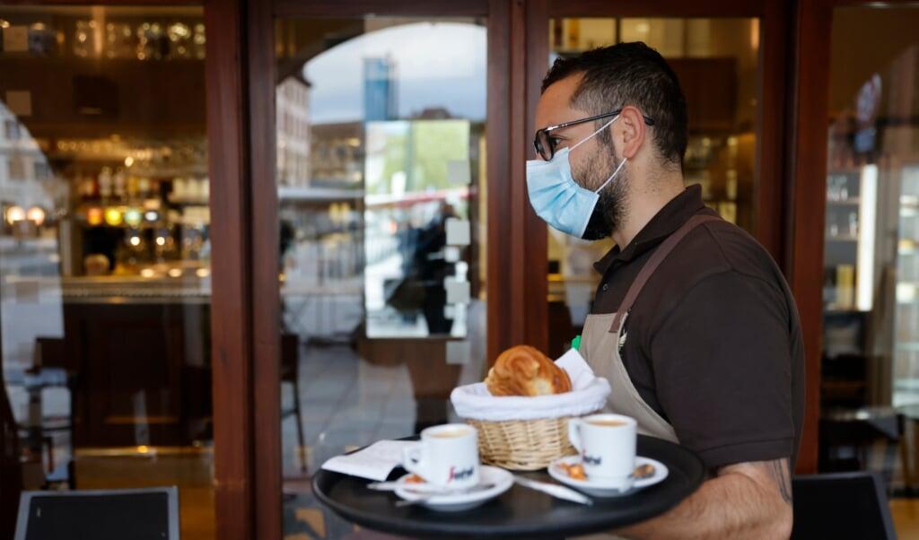Fra den 26. juli kræver det ikke længere en negativ coronatest at spise indendørs på en restaurant eller café. Genrefoto:  (Jean-Francois Badias/AP/dpa)