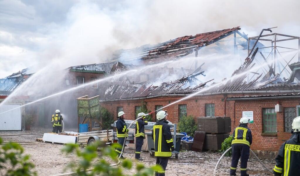 Die Löscharbeiten werden nach Angaben der Feuerwehr noch bis in die Nacht hinein andauern.  ( Benjamin Nolte)