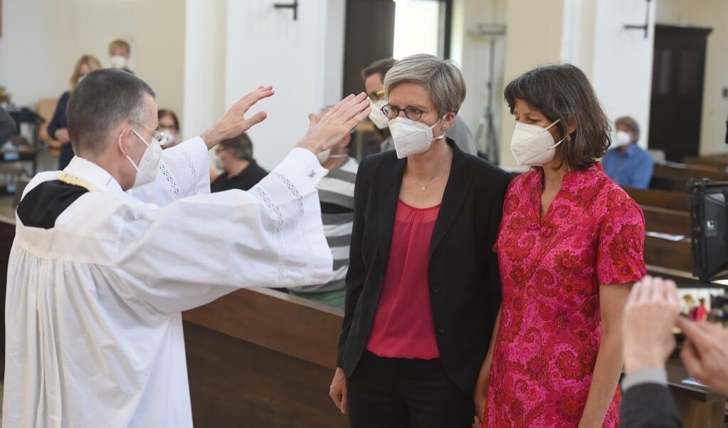 Pastor Wolfgang Rothe velsignede mandag parforholdet mellem Christine Walter og Almut Münster i München. Det skete også i protest mod et forbud fra Vatikanet.    (Felix Hörhager, dpa)