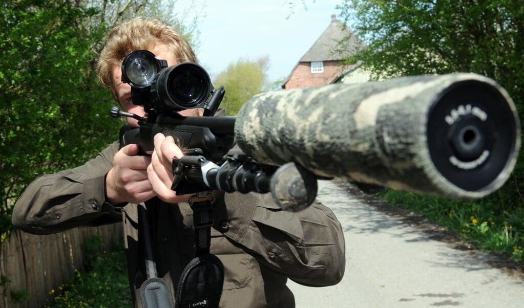 Giuke Kretzschmer er en af de frivillige jægere, der holder bestanden af rovdyr og invasive arter ned i Gl. Frederikskog.  Han bor i kogens baghave i Nørremølle og nedlagde sidste år blandt andet to ræve i området.   (Martin Franciere, JydskeVestkysten)