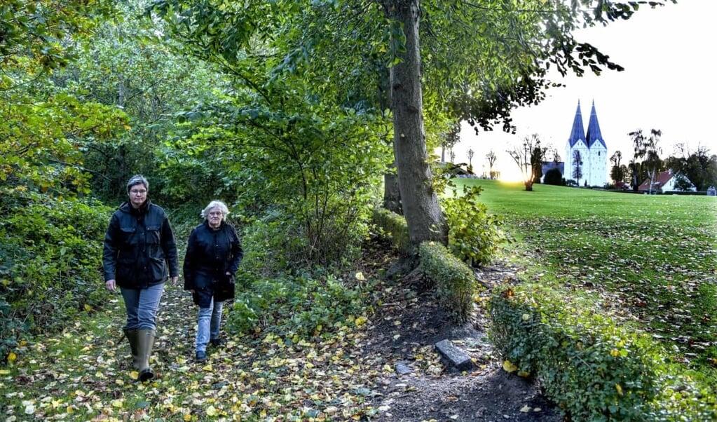 Træerne er for længst vokset Marianne Tychsen og Anna Magdalena Petersen fra Broager Menighedsråd over hovedet. Arkivfoto:  (ClausThorsted, JydskeVestkysten)