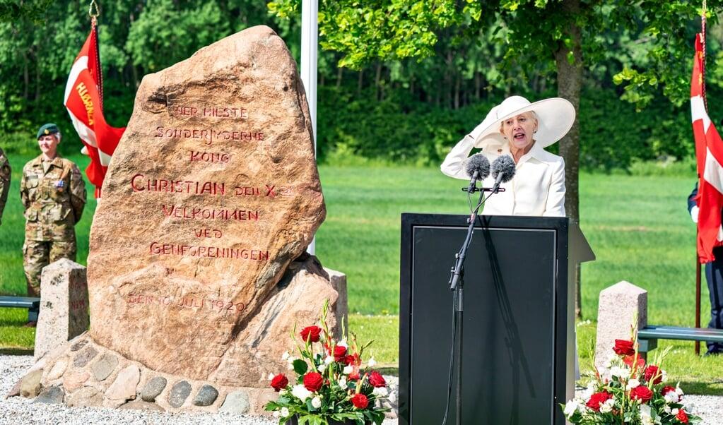 Efter at have kørt karet over den gamle grænse i karet ved Frederikshøj holdt Dronning Margrethe også tale.   (Henning Bagger/Ritzau Scanpix)