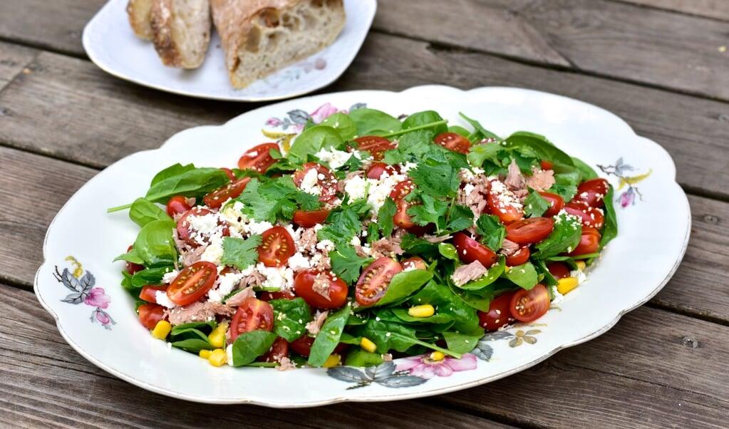 En lækker sommersalat smækfyldt med modne tomater og tun.  ( Camilla pi Kirkegaard)