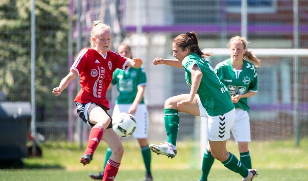 Amani Abdul Hamin (til højre) og Stjernens fodboldkvinder stormer mod pokaltriumfen.    (Kira Kutscher)