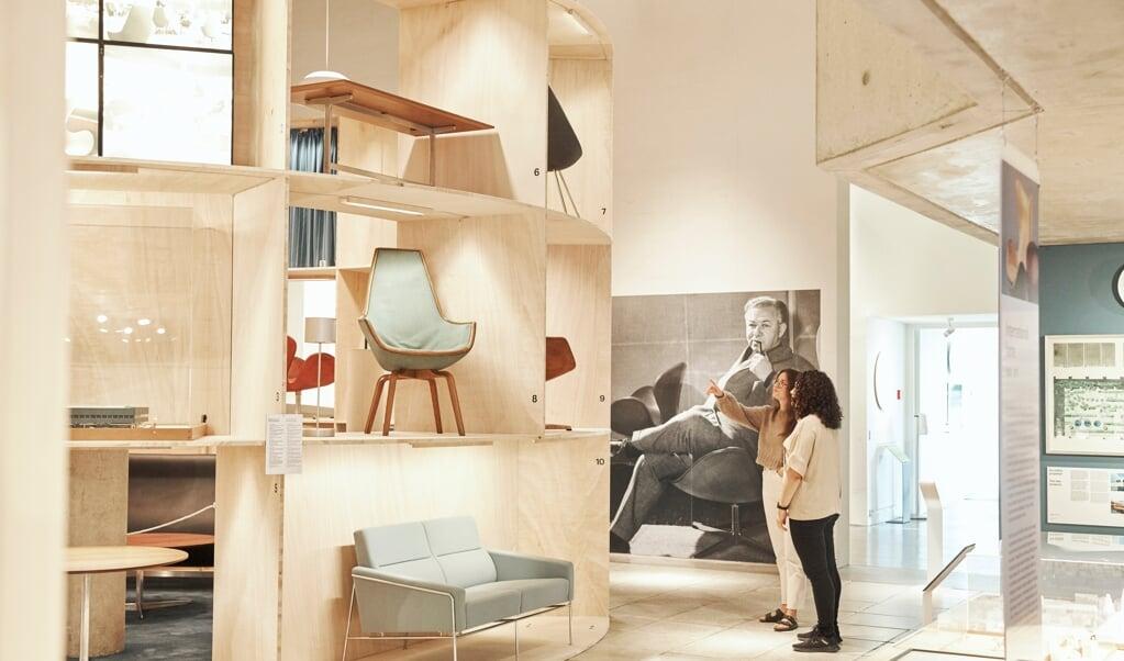 Et kig ind i den aktuelle Arne Jacobseb-udstilling på museet Trapholt i Kolding. Midt i 1990'erne opstod en stigende efterspørgsel efter Arne Jacobsens møbler og kunstindustrielle produktion.   (Kenneth Stjernegaard)