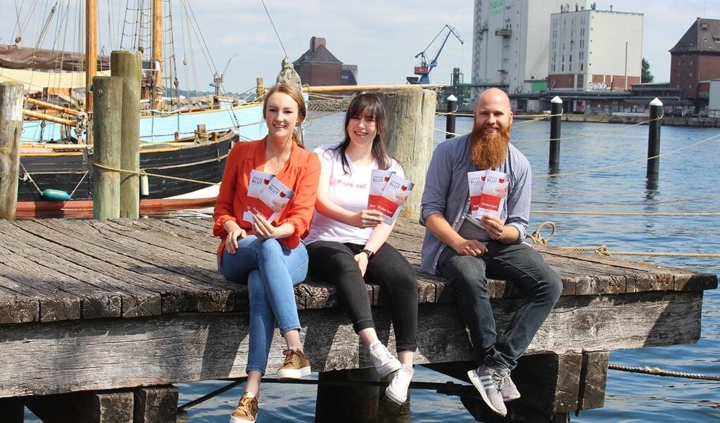 Rotaract Club Flensborg er en af samarbejdsorganisationerne i kampagnen, der henover sommeren håber at nå mange nye bloddonorer. Fra venstre mod højre ses Marleen Laville, Ewa Halse og Jens Harzmann, alle medlemmer af Rotaract Club Flensborg.  (Rotaract Club Flensburg)