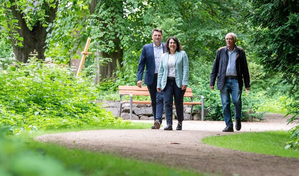 Claus Rödding (venstre), Claudia Takla-Zehrfeld (midten) og Hartmut Strauß (højre) var alle med til at vise nye tilføjelser til parken frem onsdag. Bænken i baggrunden er en af mange dele i renoveringsprojektet.   (Kira Kutscher)