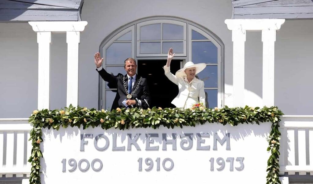 Dronning Margrethe og borgmester Thomas Andresen kom ud på den samme balkon, hvor H.P. Hanssen holdt sin historiske tale i 1918 og hvor dronningens farfar kong Christian X stod i 1920 for at fejre Genforeningen. Her udråbte borgmesteren et ni-foldigt leve for dronningen.  ( Preben Matthiesen, Aabenraa Kommune)