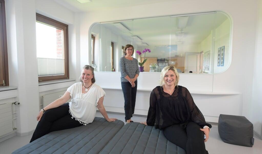 Die Leiterinnen des neuen Sozialzentrums Mareike Desler (li.) und Julia Bodenhausen, und Petra Janmieling (Mitte), verantwortlich für den Umzug des Zentrums, im Empfangsbereich im sechsten Stock.  ( Tim Riediger)
