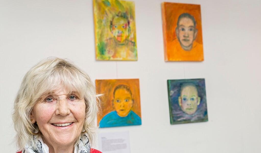 Inge Harck bor i Flensborg, hvor hun bruger sin tid på at  (skabe dukker.)
