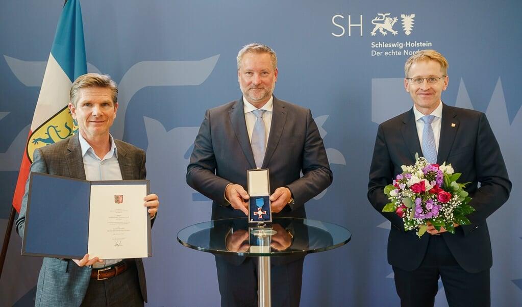 Diako-Chefarzt Tillmann Loch (Mitte) bekam von Ministerpräsident Daniel Günther (re.) und Gesundheitsminister Daniel Garg den Landesorden verliehen.  ( Frank Peter)