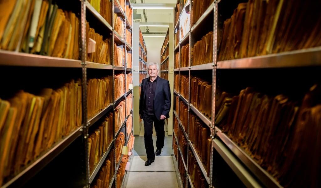 Roland Jahn tager en tur blandt de godt 111 kilometer Stasi-dokumenter, der blev fundet i uskadt tilstand.   (Christoph Soeder/dpa)