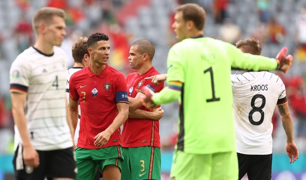 Deutschlands Toni Kroos (r) gestikuliert nach dem Spiel in Richtung Portugals Cristiano Ronaldo (2.v.l).    (Christian Charisius/dpa)