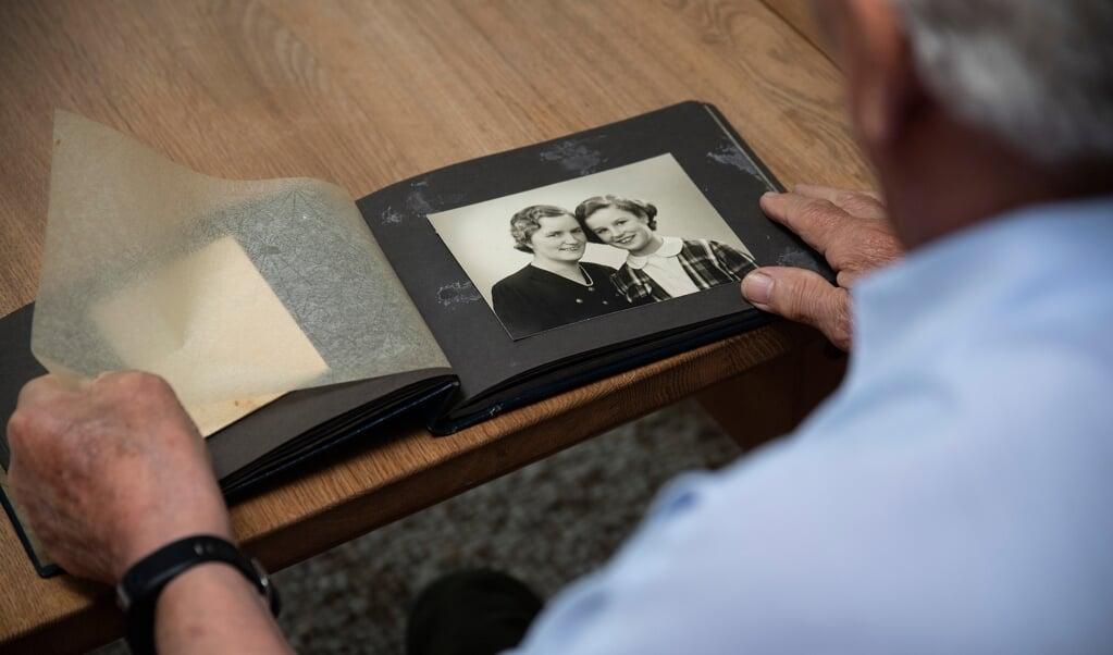 Otto Putzers fotoalbum er fyldt med minder fra tiden som feriebarn - her hans plejemor Gunvor og plejesøster Tove. I år er det 75 år siden, de tre mødtes for første gang.  ( Tim Riediger)