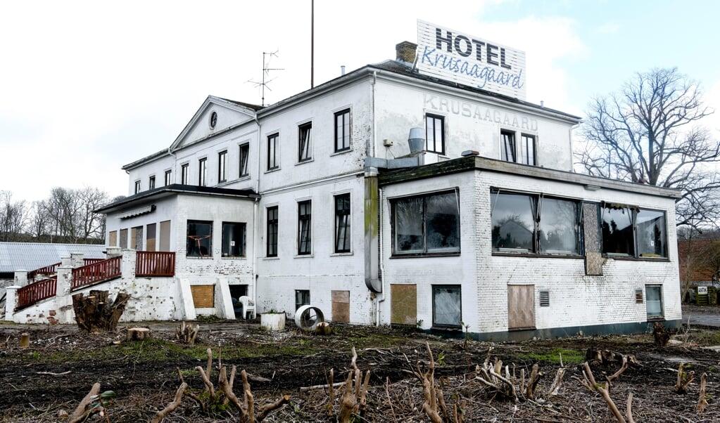 Snart forsvinder den tidligere så statelige bygning i Kruså.    (André Thorup, JydskeVestkysten)