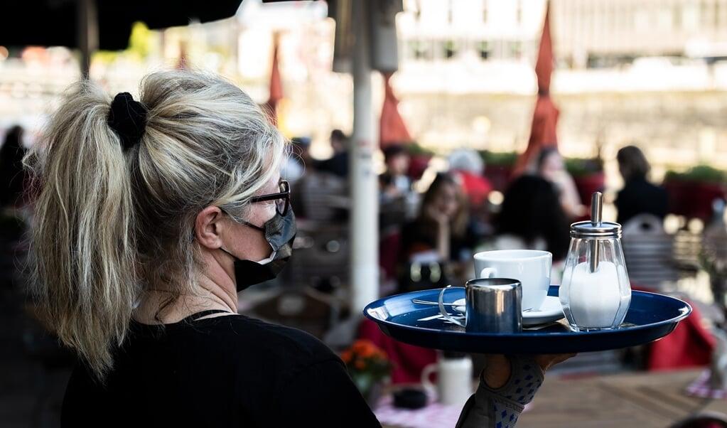 I Danmark kan cafégæster og tjenere snart droppe mundbindene, men Slesvig-Holsten fastholder krav om mundbind indendøre. Politikerne vil undgå import af corona-variationer fra andre lande og regioner.    (NGG)