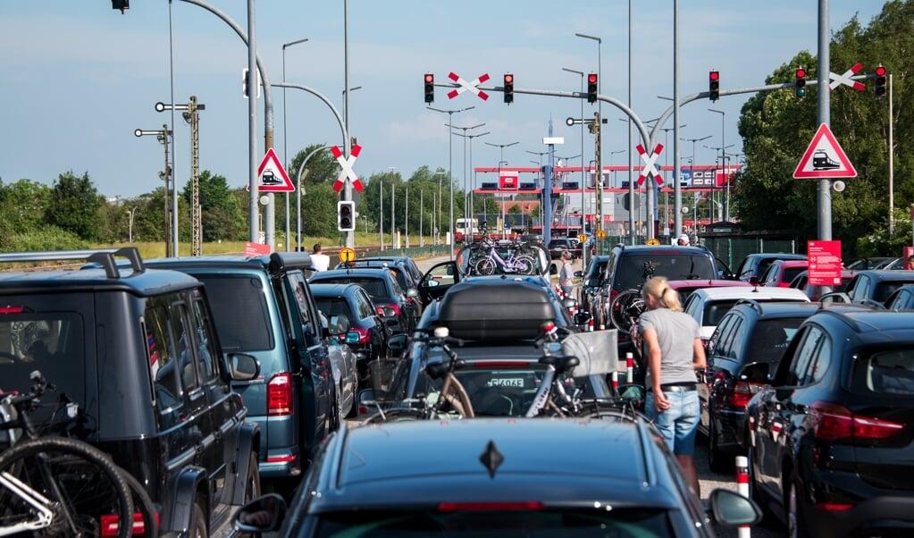 I Nibøl ventede bilister i stort tal på at komme med toget til Sild.    (Daniel Bockwoldt/dpa)