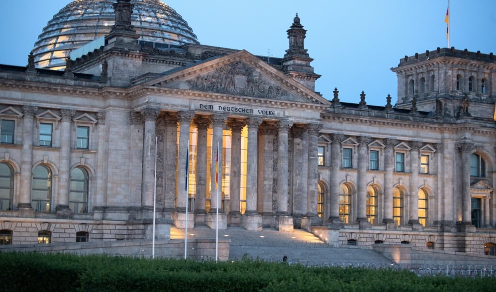 Medlemmerne af Forbundsdagen måtte igennem et maratonmøde for at afvikle alle lovinitiativer i deres sidste samling inden valget i september. Cirka kl. 1 natten til fredag var lovændringen om »Mietspiegel« i hus.    (Felix Schröder, dpa)