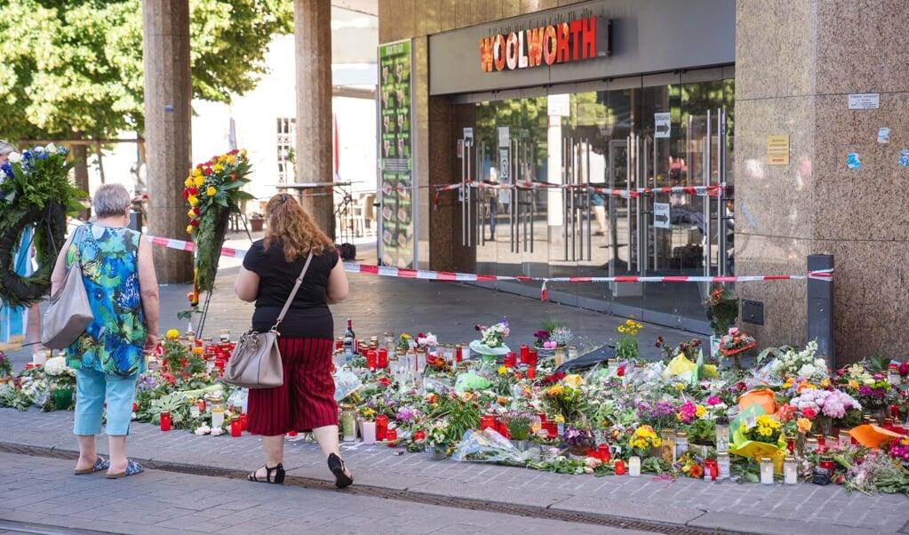 Borgere har i stort tal stillet lys og lagt blomster ved gerningsstedet i Würzburg.    (Nicolas Armer/dpa)
