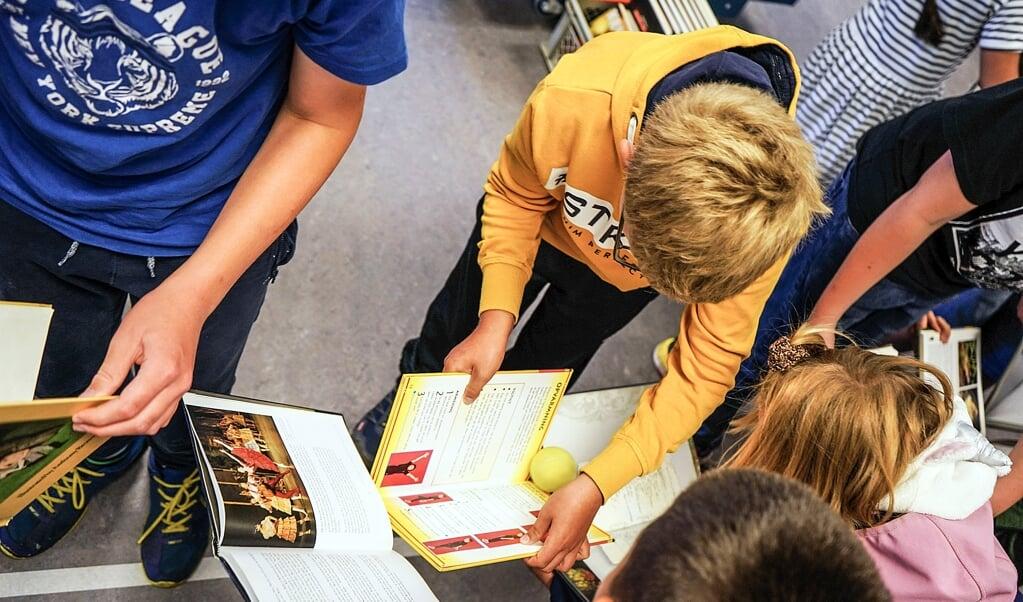 I 2020 kom 25 børn fra Aabenraa med i rekordbogen med Danmarks længste, bevægelig kuglebane af kasserede bøger.    (Aabenraa Biblioteker)