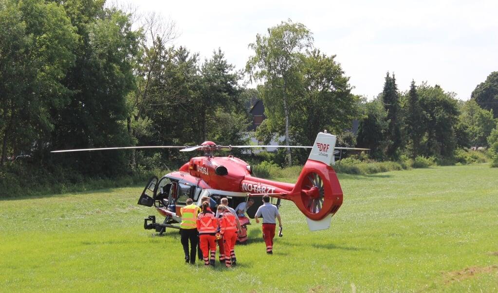 Den 55-årige motorcyklist blev fløjet med helikopter til hospitalet.  (Jasper Hentschel)
