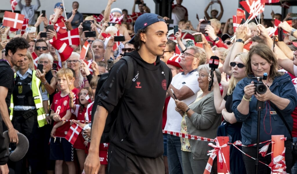 Der er fodboldfeber i Danmark. Det kan spillerne mærke, når de kommer hjem til basen i Helsingør, hvor fans tager imod.  (Nils Meilvang/Ritzau Scanpix)
