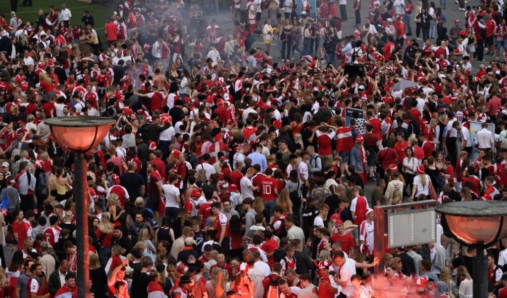 Gaderne i Danmark var badet i røde og hvide farver lørdag, hvor det danske fodboldlandshold slog Tjekkiet og dermed spillede sig videre til EM-semifinalen. Den spilles i London onsdag, men de britiske myndigheder vil ikke tillade indrejsende danske fans på lægterne på Wembley, oplyser Udenrigsministeriet.  (Philip Davali/Ritzau Scanpix)