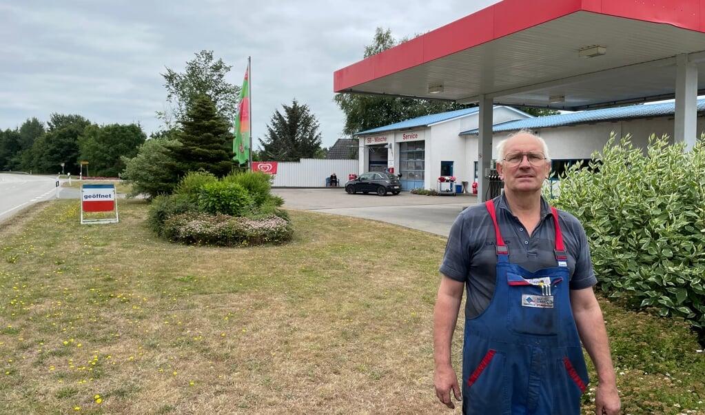 Rolf Clausen betreibt eine Tankstelle und Reparatur-Werkstatt direkt an der L 317, die ab kommenden Dienstag immer abschnittsweise saniert und entsprechend gesperrt werden soll.   (Volker Metzger)