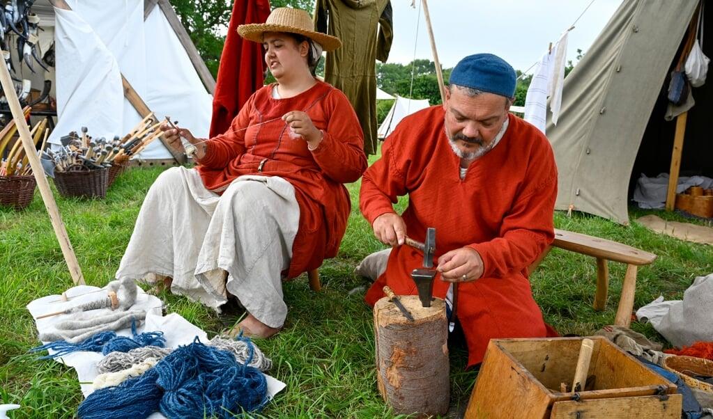 Asta Carstensen-Hjerting er vild med at spinde uld. Hun har været i Norge for at købe spælsau-uld, der kommer fra det får, som var mest udbredt under vikingetiden i Skandinavien. Ved siden af sidder hendes far, Tom Hjerting. Han er i gang med at lave nåle. Noget af det sværeste er at prikke hul. En fejl og så er nålen gået i stykker.   (MARTIN ZIEMER)