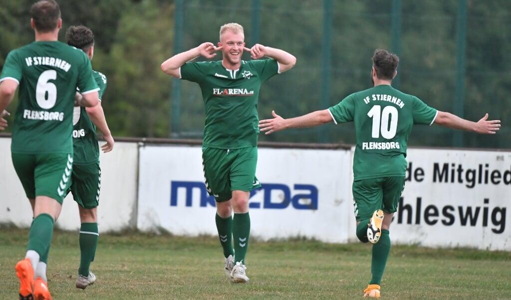 Niklas Lüthje lies sich zurecht nach seinen zwei Treffern in der Verlängerung feiern.  ( Tim Riediger)