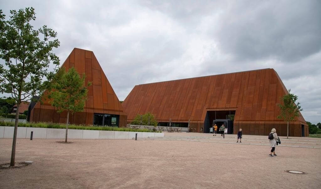 Siden marts i år modtages de 120.000 gæster i friluftsmuseet Molfsee i to metalhuse, der er indstillet til en fornem arkitektpris. Husenes arkitektur er inspireret af de mange stråtage, der kan se i det smukke landskabsmuseum.    (Tim Riediger)