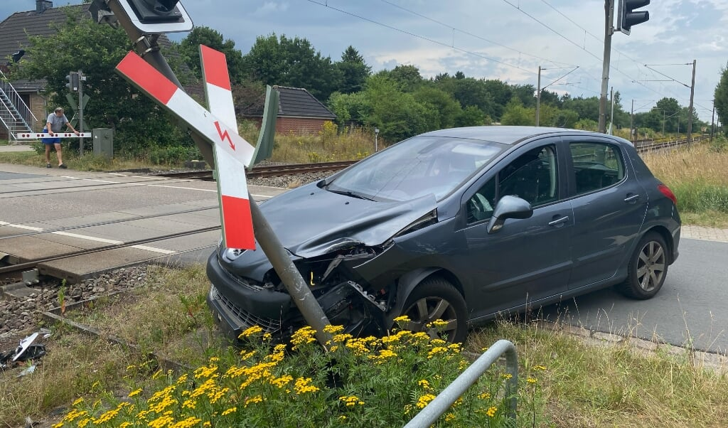 Bilen blev kraftigt beskadiget efter det ublide møde med signalanlægget.   (Benjamin Nolte.)