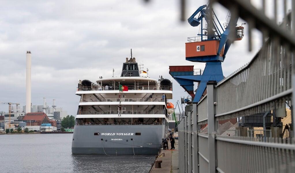 Bag ved indhegningen lagde det store skib sig til kajen cirka kl. 8 onsdag morgen.    (Tim Riediger)