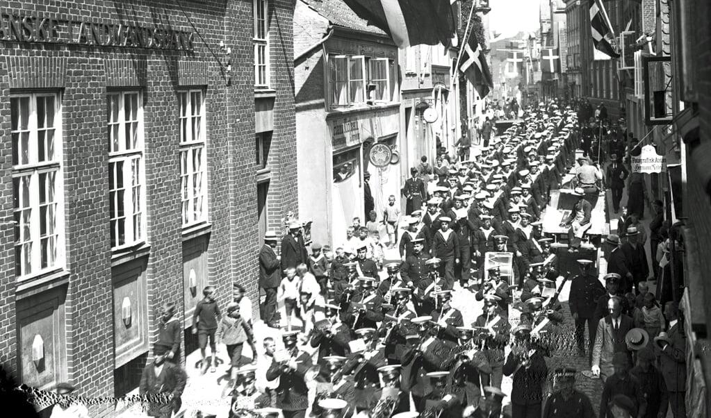 Begravelse til lands. Mens HMS Hood i 1920 lå Aabenraa, blev en sømand fra krigsskibet begravet i byen. Det foregik med et stort ligtog med musik. HMS Hood i var dengang verdens største krigsskib.   (Museum Sønderjylland)