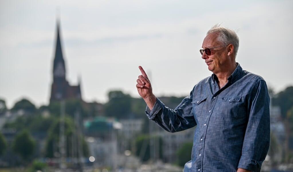 Glenn Dierking peger opad. Han er sikker på, at en fast forbindelse mellem Als og Fyn vil være til gavn for Flensborg, det grænseoverskridende samarbejde og hele regionen. Derfor har han nu i syv år arbejdet for projektet.   (Martin Ziemer)